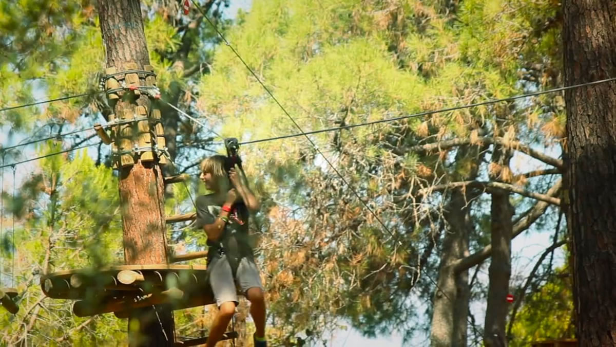 Tirolinas en campamentos de verano